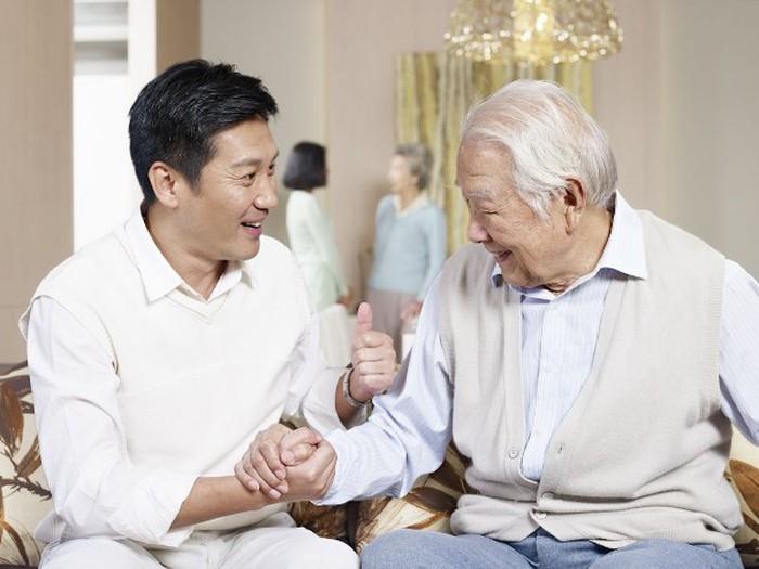 lựa chọn gói bảo hiểm sức khỏe người trên 65 tuổi phù hợp